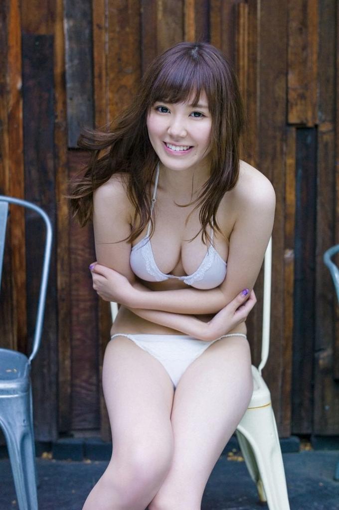 水着から谷間がセクシーな金子栞の画像