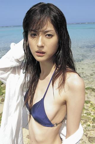 乱れた髪がセクシーな松本若菜