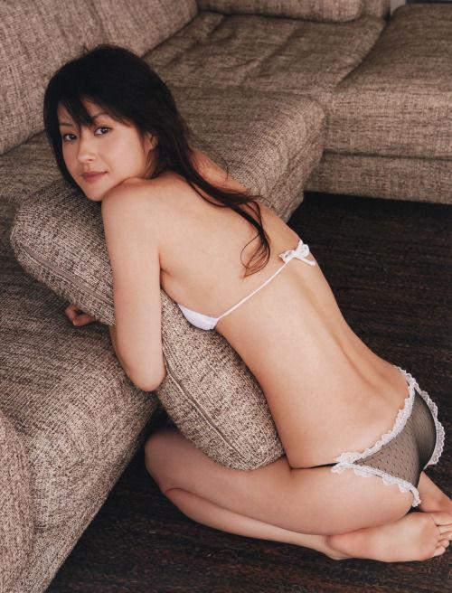 ソファーでクッションを抱える松本若菜