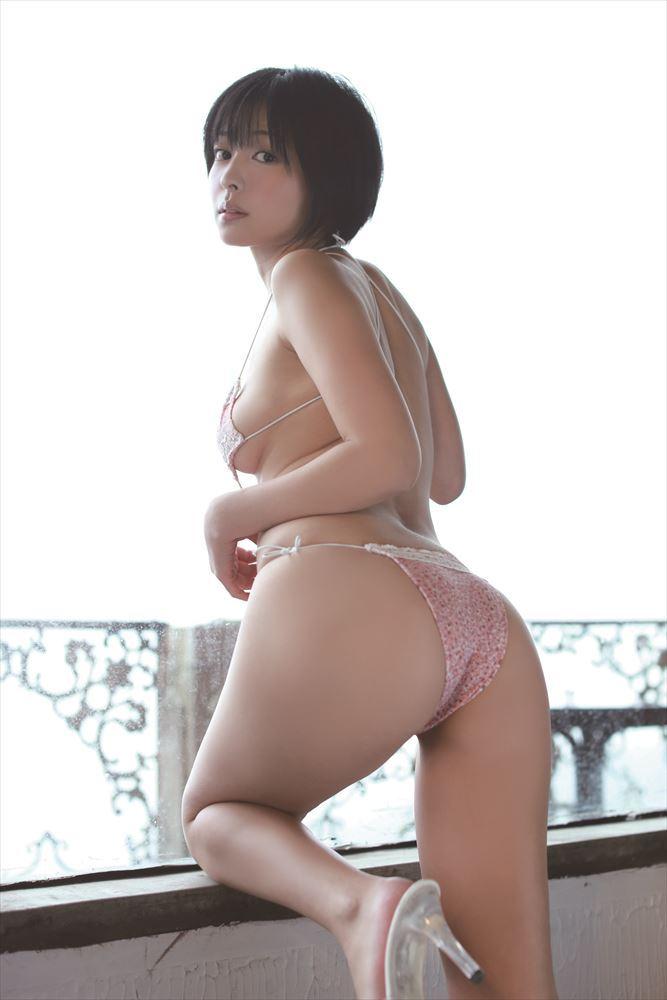 吉川麻衣子のムチムチボディを水着で覆う画像